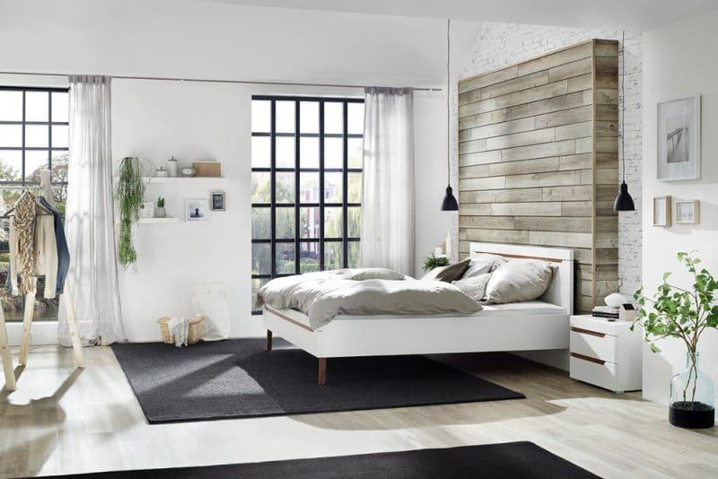 Fotografie Foto Interieur Schlafzimmer Bett Kissen Vorhaenge Fenster Holzboden Teppich Schwarz Bilder Holz Regal