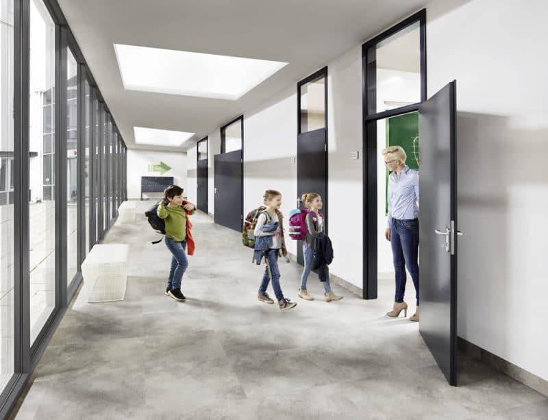 Studio3001 Fotografie Foto Interieur Schule Lehrerin Kinder Schueler Tuer Flur Fenster Glas Boden Modern