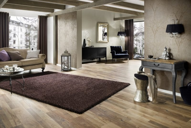 Studio3001 Fotografie Foto Interieur Wohnraum Doppelzimmer Holzboden Couch Braun Teppich Spiegel Dach Holz Wand Muster Deko
