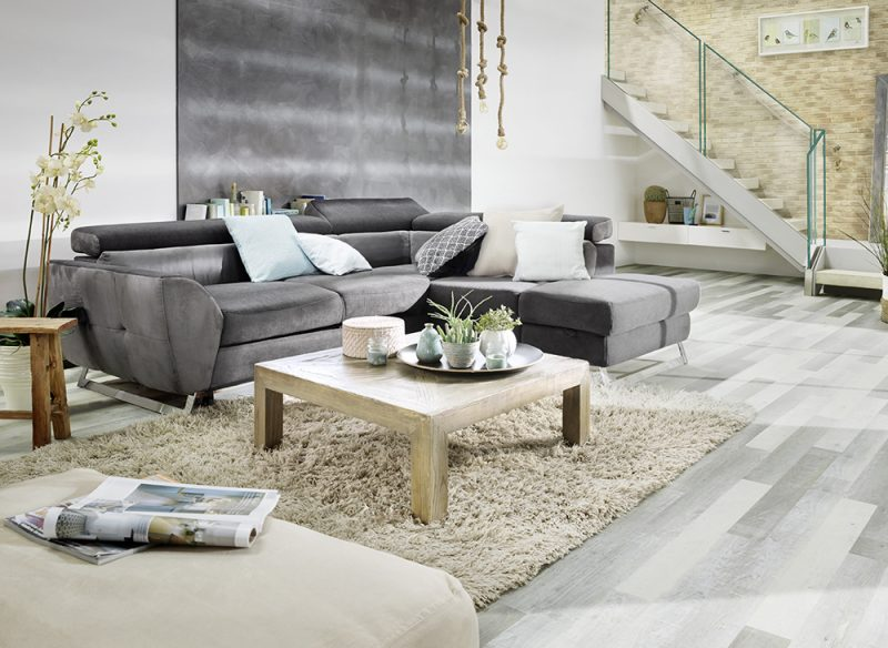 Studio3001 Fotografie Foto Interieur Wohnraum Treppe Glas Gelaender Boden Modern Couch Dunkelgrau Wand Lampe Deko Teppich Bild