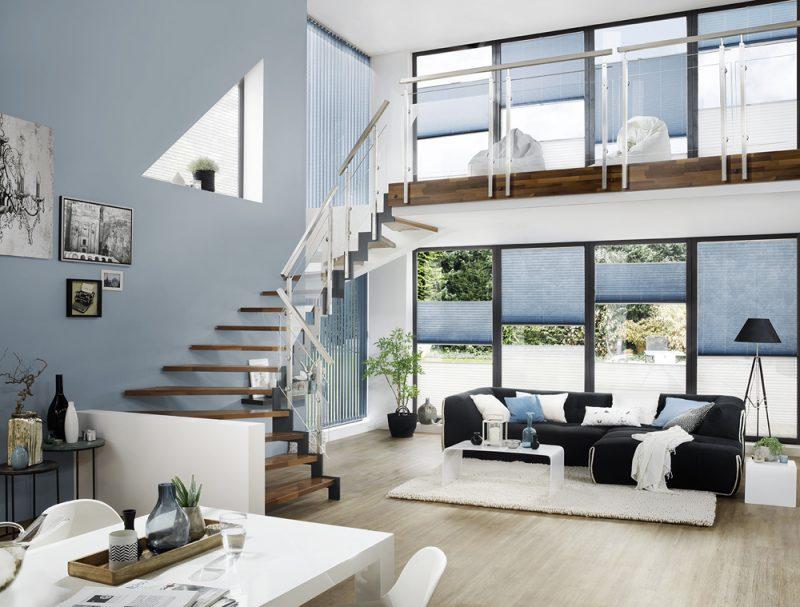 Studio3001 Fotografie Foto Interieur Wohnzimmer Treppe Fenster Plissees Jalousie Sofa Couch Tisch Teppich Lampe Deko Vase
